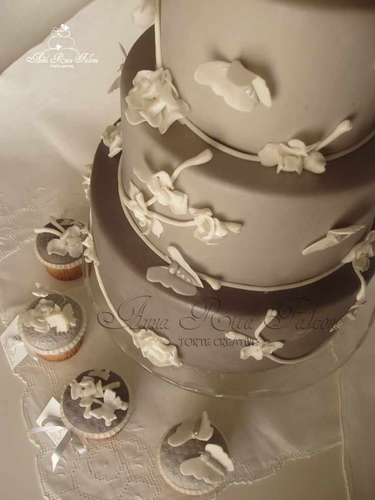 Gray end whait  wedding cake