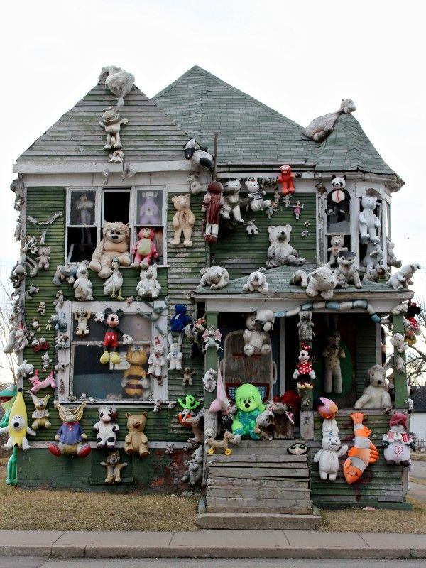 "Forgotten house in Detroit turned into ""Public Art Garden"" <3"