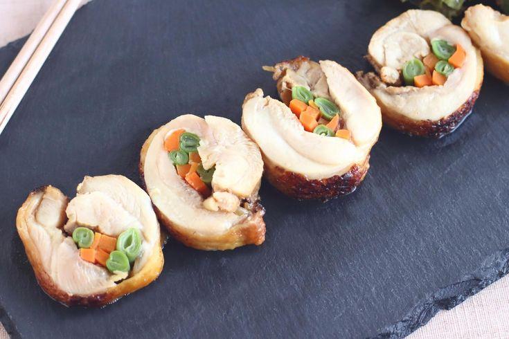 野菜の彩りが美しく、鶏肉がジューシー。作り置き、お弁当のおかず、おもてなしにも万能な一品が「鶏肉の野菜巻き」です。簡単かつリーズナブルに作れるのも嬉しいポイント。レシピをご紹介します!