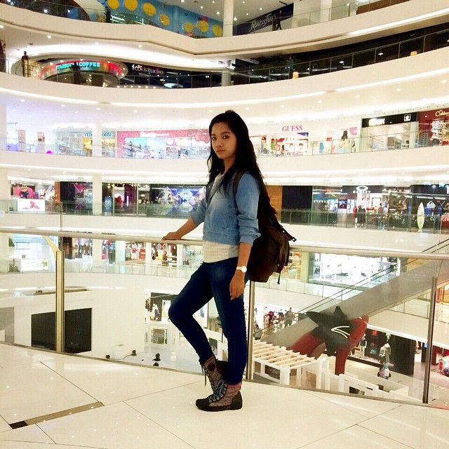 Having a fun meeting for my photoshoot project... picture taken at Senayan City Mall  I'm wearing Lee Cooper Indonesia outfit.. I love this jacket and pants... I can wear it all day long hehe..  shoes by converse.. watch by CASIO Indonesia bag by F29 Singapore  cheers