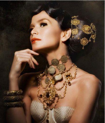 Kalung. Kayana Maharani  Gelang. Kayana Maharani & Aureola Jewellery  Aksesori rambut. Vinoya  Model. Laura Muljadi  Tata rias wajah & rambut. Nuke Galdira