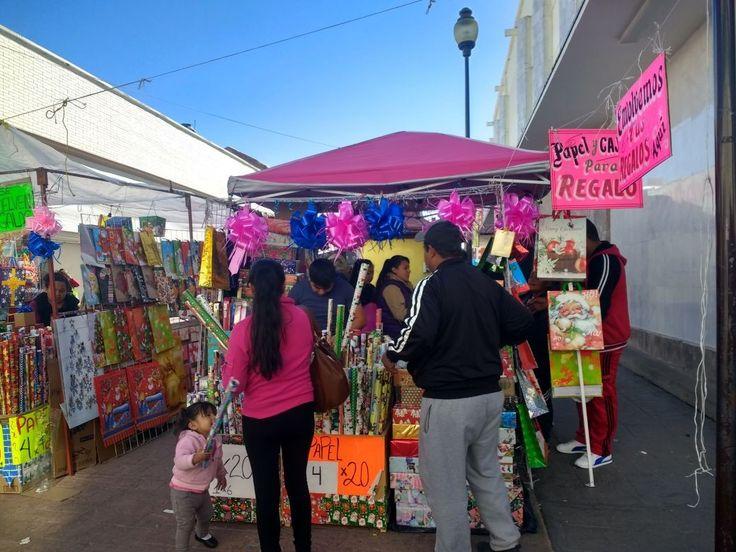 Adornos, papel de regalo y moños los más solicitados en la calle Libertad   El Puntero