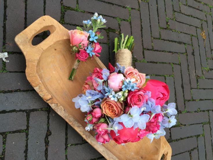 Bruidsboeket met bruidegomscorsage kleurrijk 's zomers