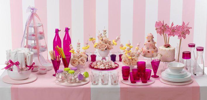 È un inno a una femminilità spumeggiante e inconsapevole la tavola per la festa delle bambine immaginata da Enzo Miccio. Il rosa esplode e contagia ogni elemento: dal cibo alle decorazioni, dai tessuti ai giocattoli.