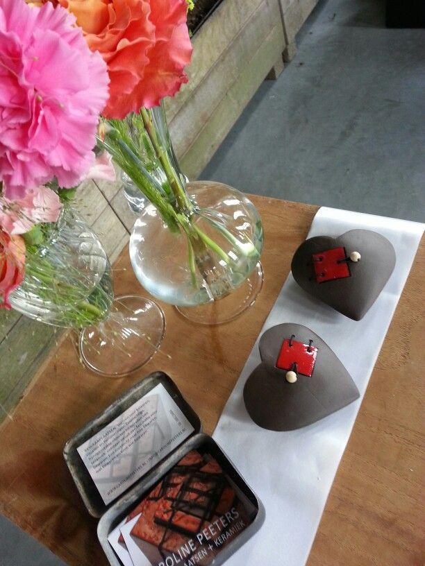 Hartjes met een deurtje. Zwarte klei. Rode glazuur. Meer info: info@carolinepeeters.nl