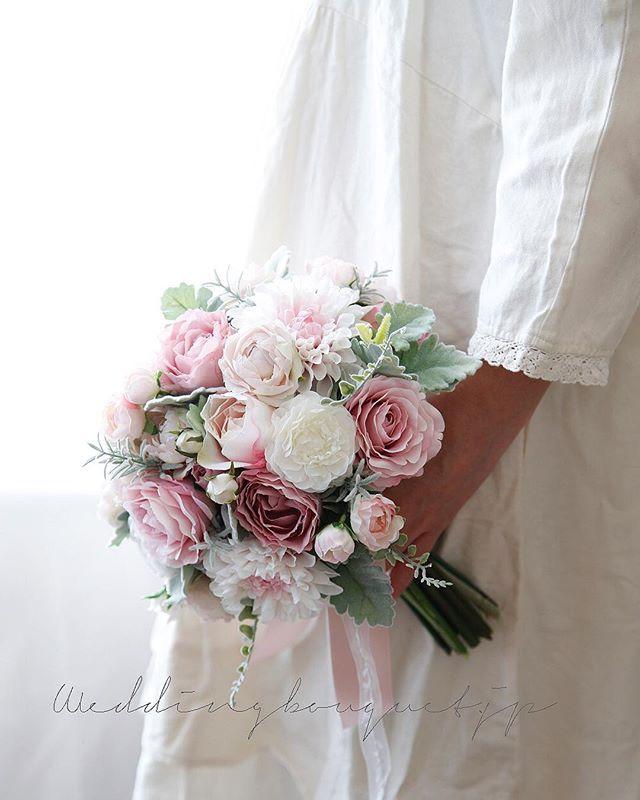 . , 冬のブーケには 透明感があると  より、素敵に見えます . グレーピンクのバラに クリアーなホワイトラナンキュラス ほんのりピンクのダリア そして シルバーグリーンのリーフ . 外は寒くなるほど 会場は暖かくなります 、 そんな中で クリアーでクールな 冬の花嫁になることが 、 1つ上いく演出かもです(๑˃̵ᴗ˂̵) . . #weddingdream  #bouquet  #weddingbouquet  #weddinggoos #flowerstagram  #ウェディングブーケ  #クラッチブーケ #披露宴 #結婚式