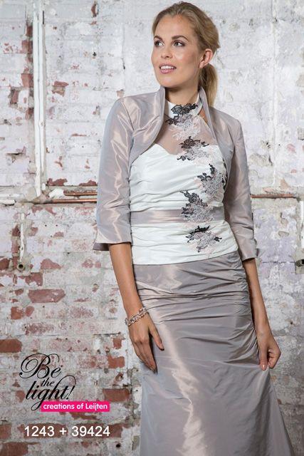 Deze prachtige jurk kan je met en zonder bolero dragen, op deze manier creëer je twee verschillende jurken.