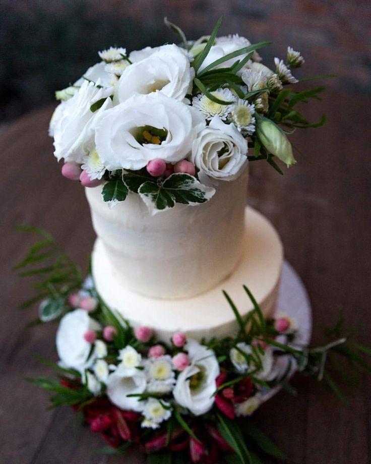 """62 kedvelés, 1 hozzászólás – Fanni Bisztriczky (@bfanni) Instagram-hozzászólása: """"Minden héten esküvő! 💒💍🍾🍰🌸🌱🌿 . . . . #menyasszonyitorta #esküvő #esküvőitorta #torta #édespéntekek…"""""""