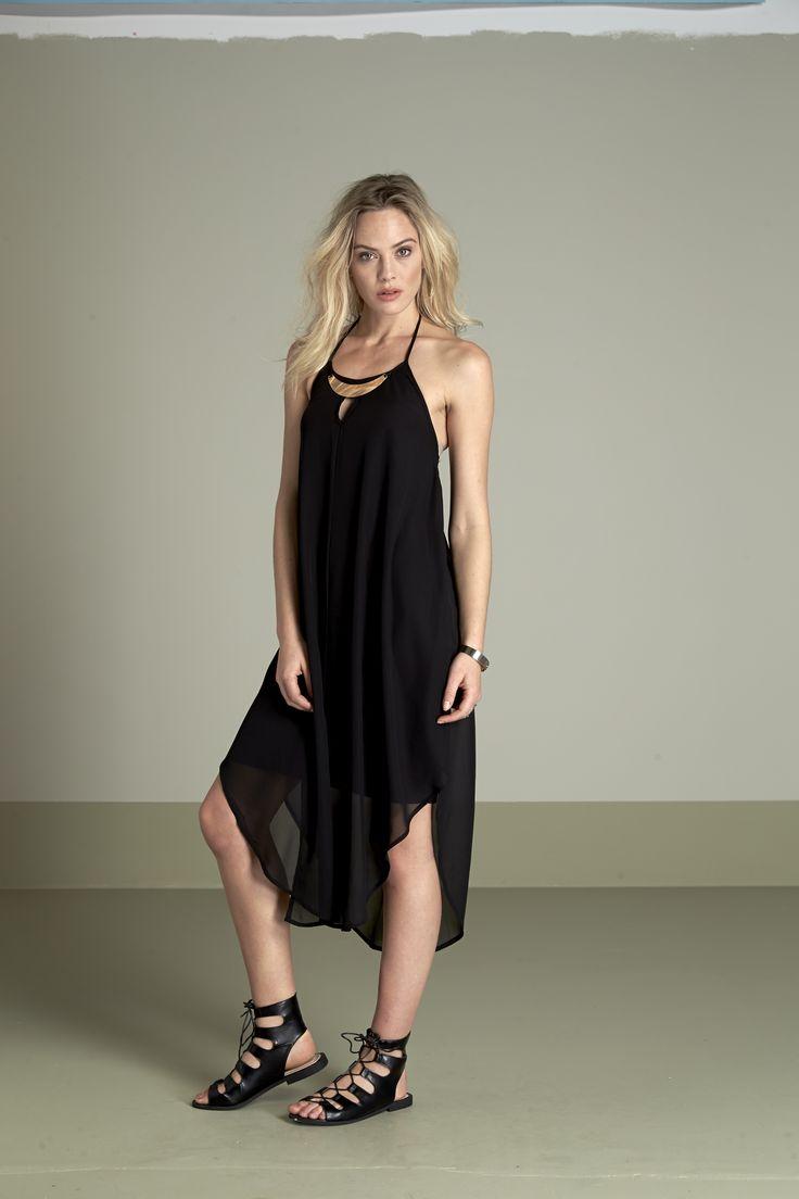 Zwiewna, czarna sukienka idealna na lato http://www.halens.pl/moda-damska-marki-amys-stories-17126/sukienka-beate-549382 + modne sandały z sznurowaniem http://www.halens.pl/moda-damska-obuwie-sanday-klapki-i-japonki-5813/sanday-550255?phrase=sanda%C5%82y