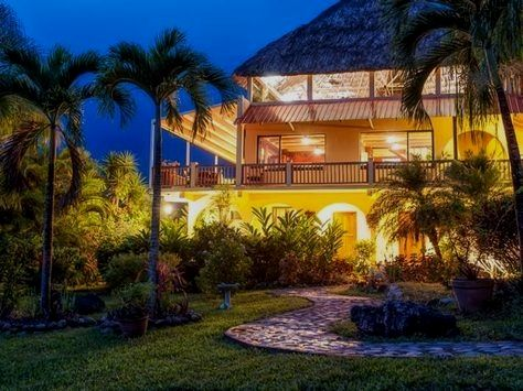 Relax after a long day of adventure in Belize. Stay at one of these 10 jungle lodges for good food, company, Wi-Fi and a comfortable bed.  Belize Travel Avoir plus d'informations sur notre site   https://storelatina.com/belize/travelling