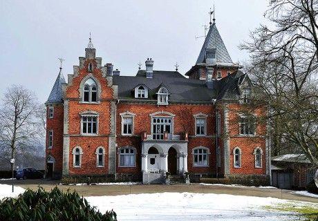Thorskogs Slott i Västerlanda byggdes 1892 av varvspatron Petter Larsson.