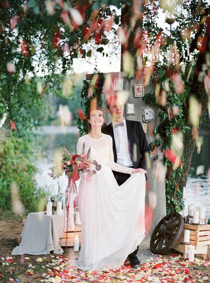 Gorgeous fall wedding ceremony setting by the river | Photography : thefretties.com | fabmood.com