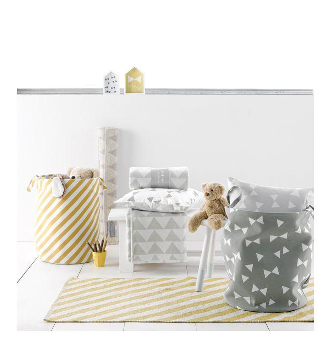 Nieuw in de collectie van Roomblush! Dit tapijtje met streep dessin met naturel look. Leuk voor in de hal, kinderkamer, badkamer of in de woonkamer. Je kan er ook 2 naast elkaar leggen.