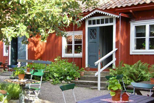 Courtyard in Strängnäs, Sweden, by Ann Louise Hagevi (70 pieces)
