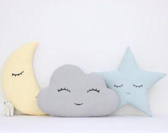 Set van drie decoratieve kussens met hand gedrukt gezicht: -Turqoise slapen wolk -Bleke geel slapende maan -Lichte koraal glimlachend ster Stof