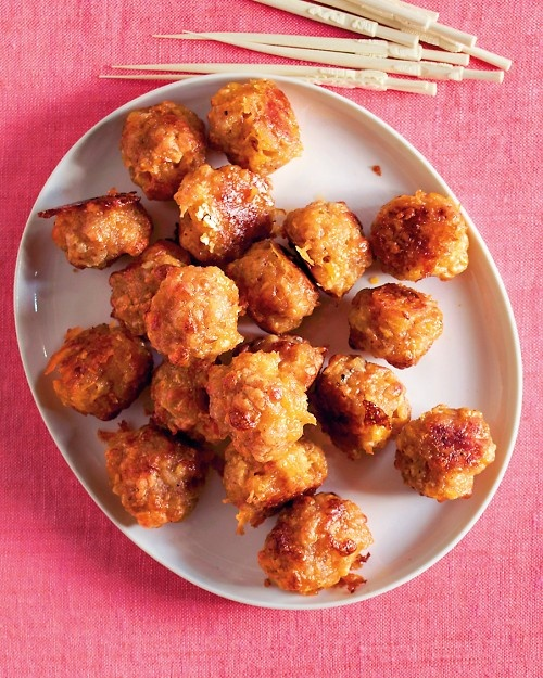 Sausage-Cheddar Balls - Martha Stewart RecipesIngredients     1 1/4 cups all-purpose flour   1/2 teaspoon coarse salt   1/4 teaspoon ground pepper   1/2 teaspoon cayenne pepper   1 1/2 teaspoons baking powder   2 cups grated cheddar (1/2 pound)   1 pound bulk breakfast sausage   1/2 large yellow onion, grated on large holes of a box grater   3 tablespoons unsalted butter, melted  400 dg 25 mn