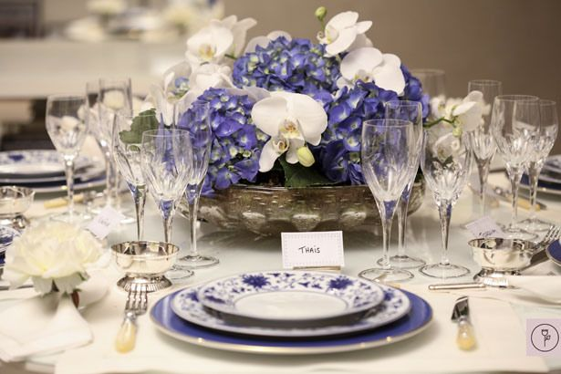 Hydrangeas and orchids for a chic and subtle table decor!! Blue and White