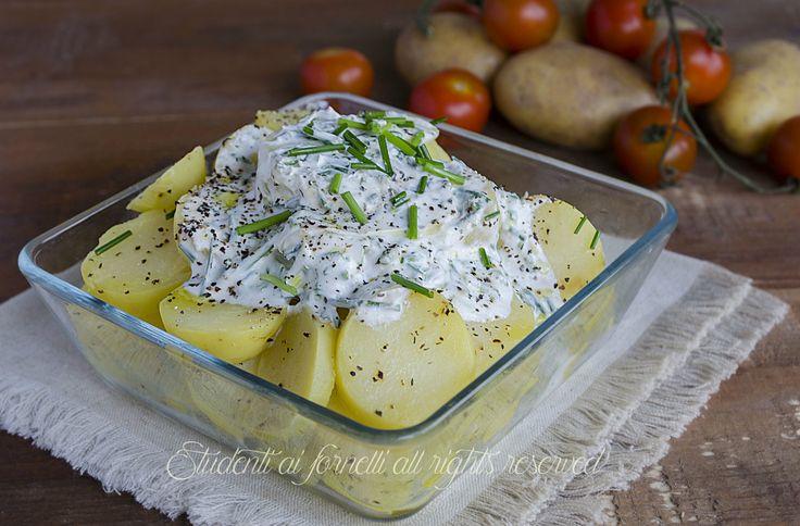 L'insalata di patate allo yogurt è un modo sfizioso e diverso dal solito di servire le patate lesse. Viene preparata una salsa allo yogurt ed erba cipollina fresca davvero molto gustosa