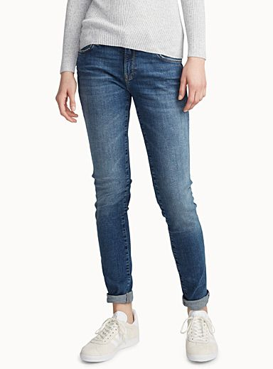 - Mavi Gold at Icône - You'll never tire of these comfortable yet stylish skinny jeans with a flawless faded look - Premium soft brushed stretch denim, known to keep its shape - Mid-rise, super skinny fit - 5-pocket style The model is wearing size 27