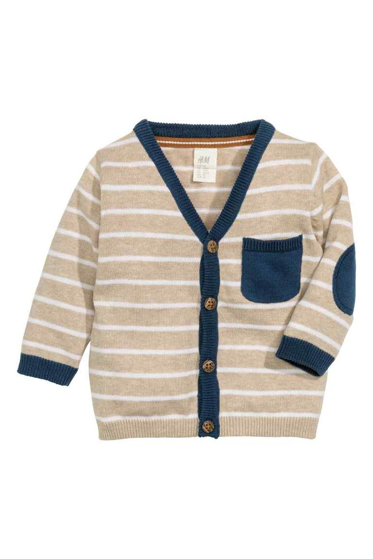 Gilet en coton: Gilet en maille fine de coton souple. Modèle avec encolure en V, boutonnage et une poche de poitrine devant. Renfort de couleur contrastée sur les coudes.