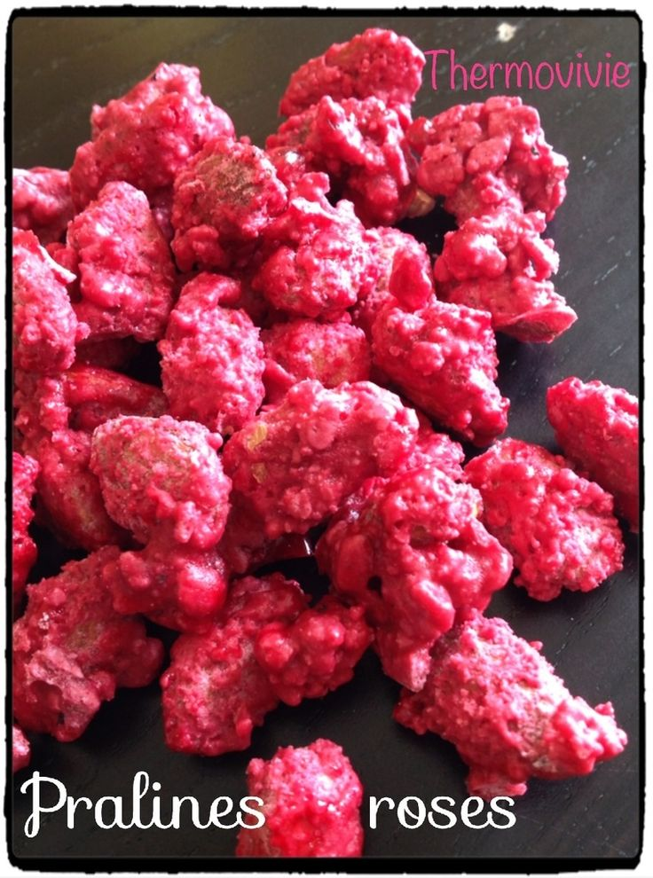 Pour réaliser le Saint Genix, il me fallait des pralines roses... mais ici en Corse difficile d'en trouver.. A part quelques paquets industriels qui ont plus le goût du sucre mou que des amandes... Bref... L'idée de faire ses pralines roses maison apparait...
