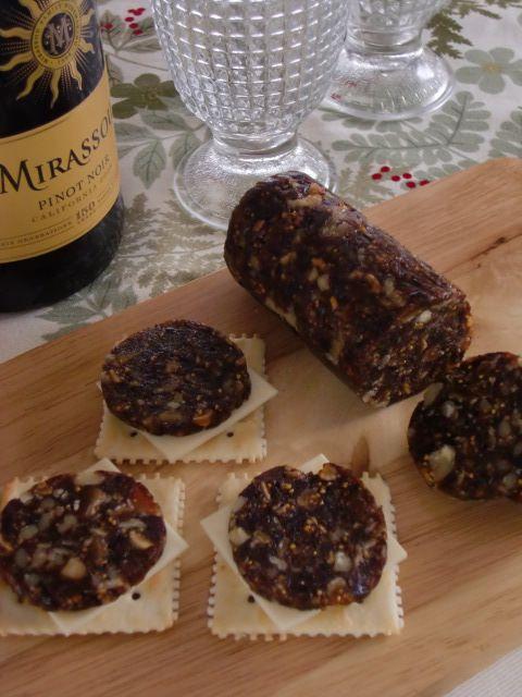 フルーツサラミ    チーズと一緒にワインのお供に!もちろんそのまま食べてもOKです。火も使わないし、簡単に作れて栄養満点! まめわんs'ママ     材料 ドライプルーン 50g ドライイチジク 50g ドライデーツ(なつめ) 50g くるみ 30g プレミアムサービス カロリー・塩分を計算 作り方 1    ドライフルーツ類は、全て柔らかいソフトタイプのものを使います。 2    プルーン、イチジク、デーツは適当な大きさに切ってフードプロセッサーに入れ、べたっとするまで良く撹拌する。 3    さらにクルミを加えて、短くガッ、ガッと3~4回撹拌する。 4    ラップを二重に敷いた上に取りだし、ギュッと空気を抜くようにソーセージ状にまとめ、両端をひねってとめる。 5    冷凍庫に入れて冷やし固め、スライスする。 ずっと冷凍庫にいれっぱなしでも、カチカチにはならないので切りやすいです。 6    ラップごとワックスペーパーで上から包み、両端をリボンや麻ひもで止めれば、手土産やプレゼントにも♪ 7…