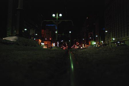 一日の内で一番気温が下がるとき。レールに鈍く物憂げな光。2012/1 札幌市交通局一条線 西4丁目停留所 ※横断歩道より撮影© 2010 風旅記(M.M.) 風旅記以外への転載はできません...