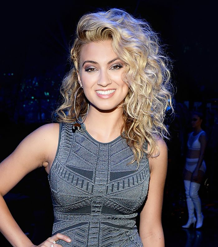 Tori Kelly looked beautiful with her shimmery smokey eye and curly side flip hairstyle