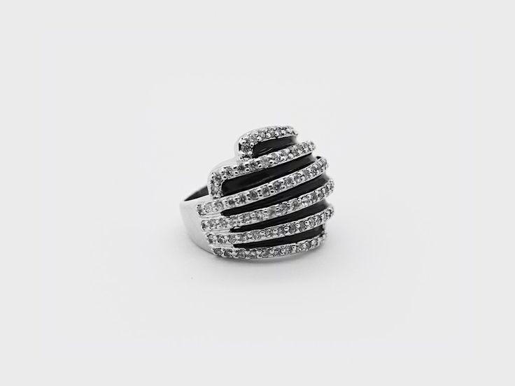 «Бык из Джерси» (Jersey Bull) — массивное серебряное кольцо с черной эмалированной шапкой сферической формы, украшенной полосами белых циркониевых камней. #jewellery #bijoux #silver #ring #серебряное #кольцо #украшение #цирконий #ювелирные #изделия #fashionkiosk #fk #ювелирный #интернет-магазин