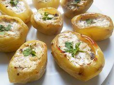 Peu onéreuses, les pommes de terre farcies se retrouvent à peu près partout où l'on cultive de la patate. Après avoir évidé les tubercules, chacun les farcira de ce qu'il veut : de l'oignon, du champignon ou d'autres légumes émincés, mis brièvement à suer dans une poêle huilée et relevée d'ail