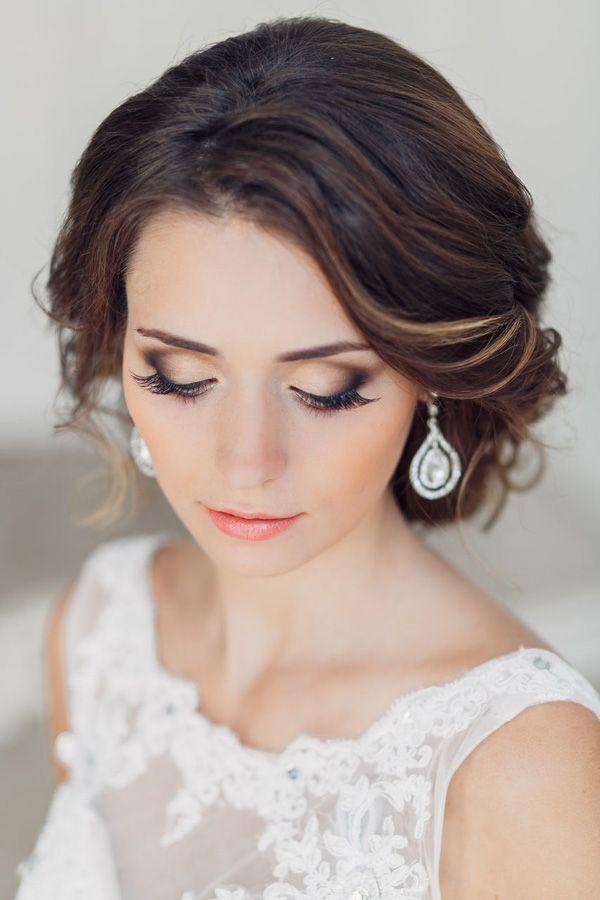 regards de mariée attrayants avec des coiffures magnifiques et maquillage de mariée étonnante