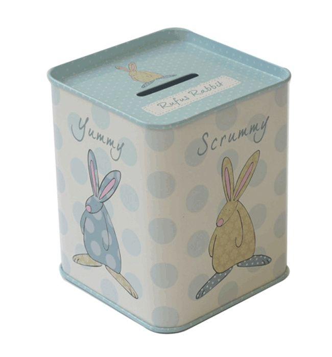 Rufus Rabbit Sparebøsse Blå. Sparebøsse laget av metall. Størrelse: H 9,5 cm x B 7 cm. Sparebøssen kan åpnes i bunnen. NB: Sparebøssen leveres uten penger. Vi har brukt alle pengene på godterier!