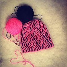 Шапка двухцветным узором Бриош. Модная модель вязаной шапки