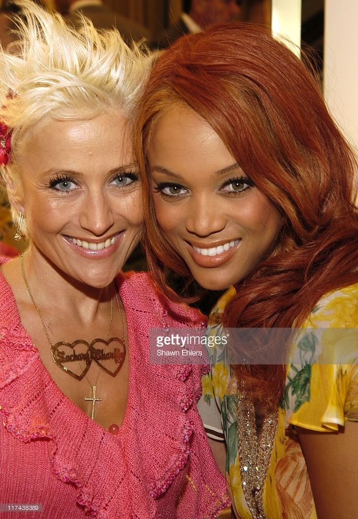 Photos et images de Victoria's Secret Makeup Artist Charlie Green and  Supermodel Tyra Banks Give a Sneak Peek of Fall Makeup Looks | Getty Images
