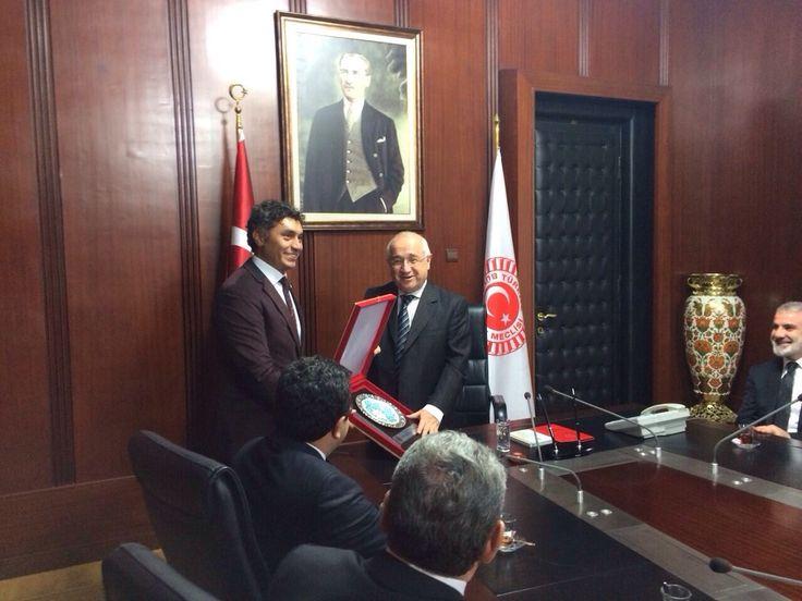 Plaketi, TBMM Başkanı Cemil Çiçek'in elinden aldı