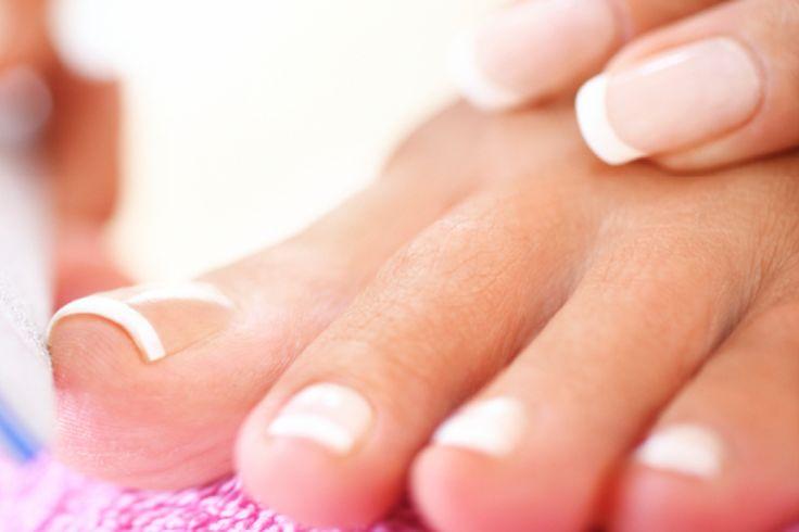 Natürlicher Look mit weißer Nagelspitze – der Klassiker. Wir geben Ihnen Tipps, für schöne French Fußnägel. Eine Anleitung für French Fußnägel.