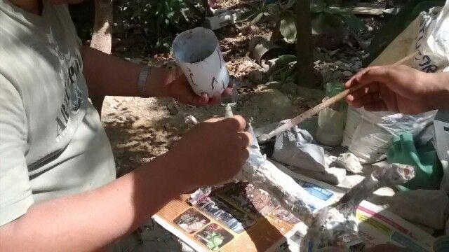 Pedro e Hilario trabajando en la realización de un árbol para el stopmotion.