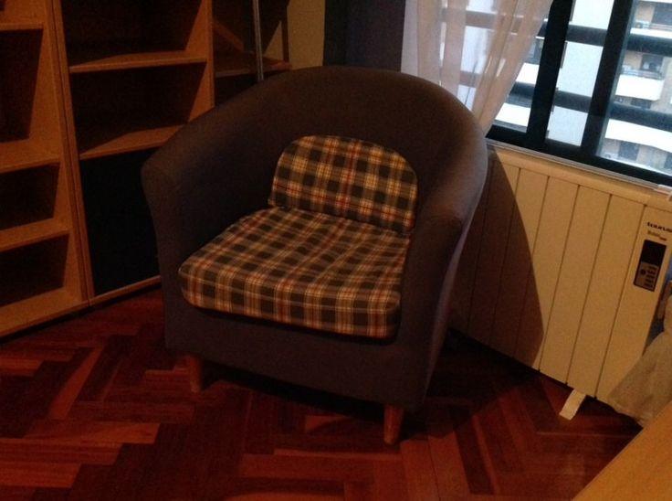 15 €: Cadeirão de quarto ou sala usado mas em bom estado sem rasgos  Medidas 60x65  Transporte pelo comprador