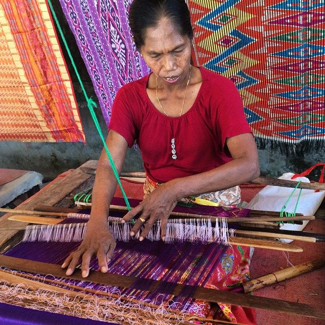 Weaving the traditional Sasak way - takes many months to create a blanket with complicated pattern! The pattern is remembered by the weaver & not written down - amazing! #upsticksandgo #weaving #lombok #localart #localcraft #indonesia #travel #travelgram
