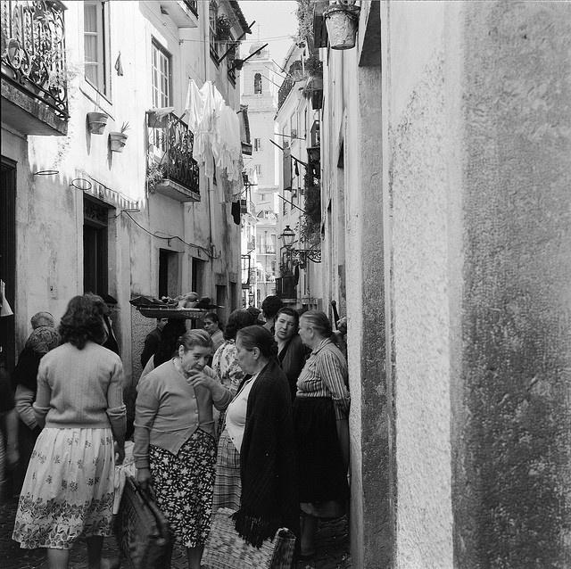 Shopping in Alfama, Lisboa, Portugal by Biblioteca de Arte-Fundação Calouste Gulbenkian, via Flickr
