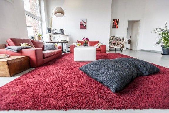 Obwohl Nicole viele ungewöhnliche Stühle hat, sitzt sie am liebsten auf dem gemütlichen Teppich oder auf dem Sitzkissen. #homestory #homestoryde #home #interior #design #inspiring #creative #nicole #gretamarkt #loft #moenchengladbach