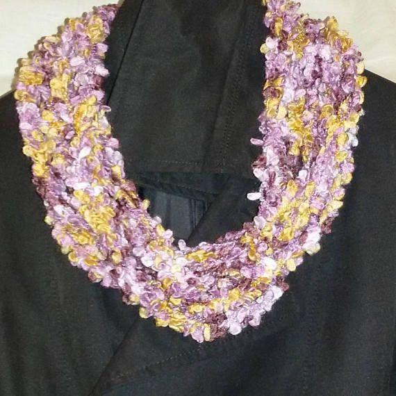 Sciarpa collana realizzata ad uncinetto con filato misto lana