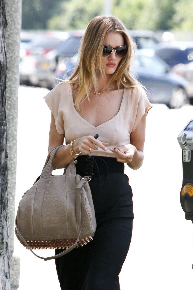 Rosie #Huntington in all her eleegance with this beautiful long black #skirt and neutral accessories!