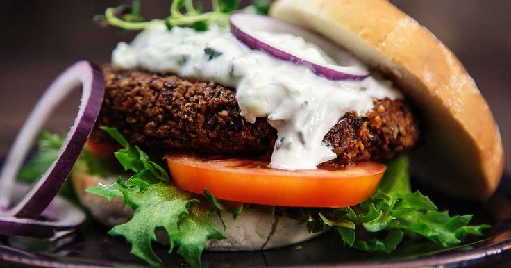En sunn vegetarburger med masse smak fra krydder, løk og hvitløk! Sammen med en sval tzatziki av yoghurt, agurk og hvitløk er dette skikkelig kosemat for helgen.