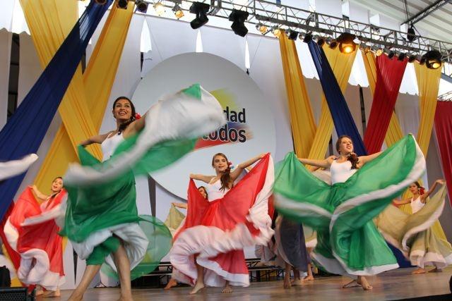 Bailarinas vbrando en Notas de Independencia, Homenaje a Lucho Bermúdez.  Crédito Miltón Ramírez/MinCultura 2012