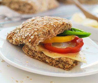 Förgyll din söndag med en lång brunch och dessa fantastiska frukostbröd. Brödrutorna blir färska, mjuka och de knapriga havregrynen på toppen gör brödet supersmarrigt med smör, skinka, ost och paprika.