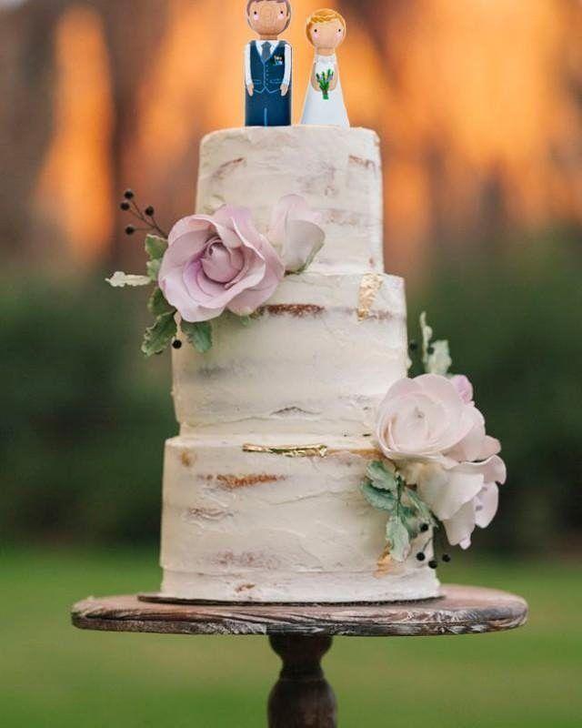 Que tal um bolo com topo de madeira e flores? Combina perfeitamente com casamentos rústicos ao ar livre ou vintage.  #cupcake #noivado #cake #cakedesign #weddingcake #cakewedding #ceub #casaréumbarato #bolodecasamento #bolo #casamento #wedding #instawedding #noivas #noiva #bride #noiva2016 #noiva2017 #ido #instabride #picoftheday #dreamwedding #bff #engaged #bridetobe #weddingideas #style