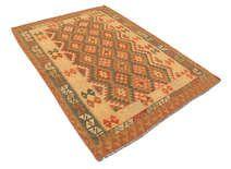 Afghaanse oude kelims zijn handgeweven door Turkmenians uit het noorden van Afghanistan. Het tapijt is gemaakt in een traditionele Kilim techniek met behulp van een natuurlijk kleurenschema met geometrische symbolen en achthoeken. Lees hier meer over Afghaanse tapijten. . .