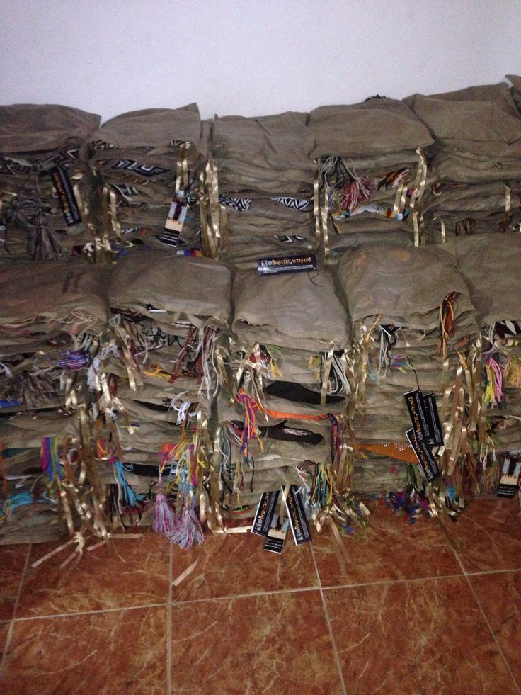 VENDEMOS AL POR MAYOR mochilas HERMOSAS EN HERMOSOS CRISTALES buscanos en instagram : @bresar_wayuu ventas al por mayor y detal !