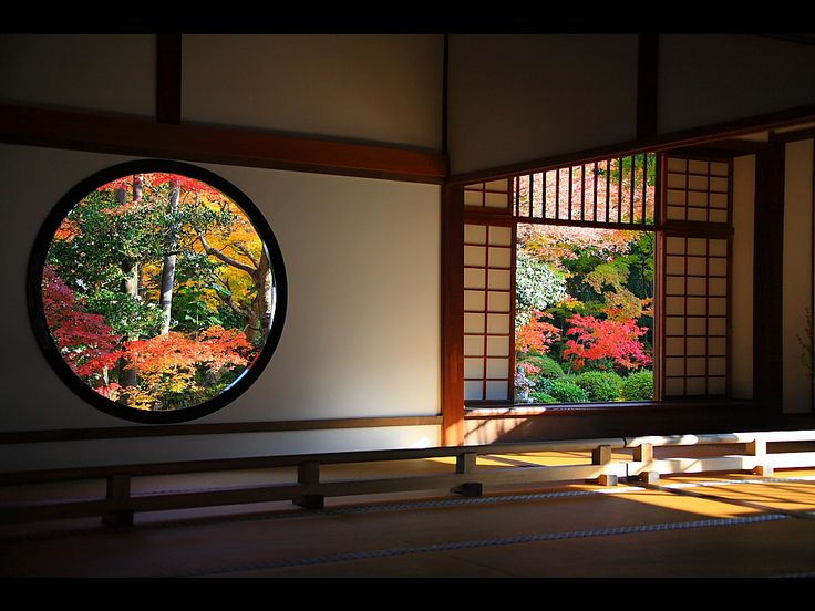 Kyoto: The circular window and square window on the side of the ceiling board are called enlightenment and delusive windows respectively.